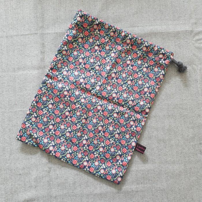 Sac à chargeurs - motif fleuri rose et bleu marine